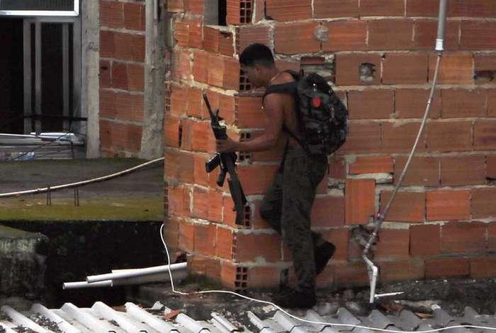 Flagrante do DIA mostra criminoso armado fugindo pelas lajes