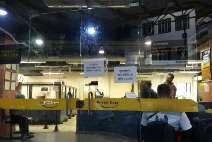 A crise causa sucateamento das delegacias. Cartaz na 5� DP, no Centro, avisa que banheiro est� interditado. Elevador e c�mera na entrada do pr�dio n�o funcionam