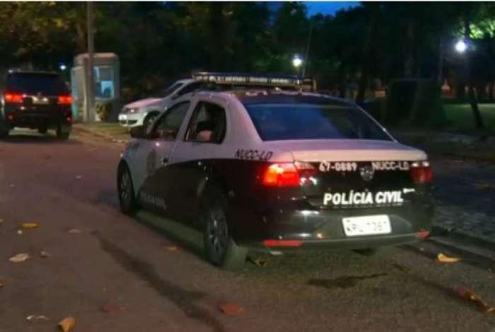Carro da Polícia Civil chega à residência de casal Cruz, na Barra da Tijuca