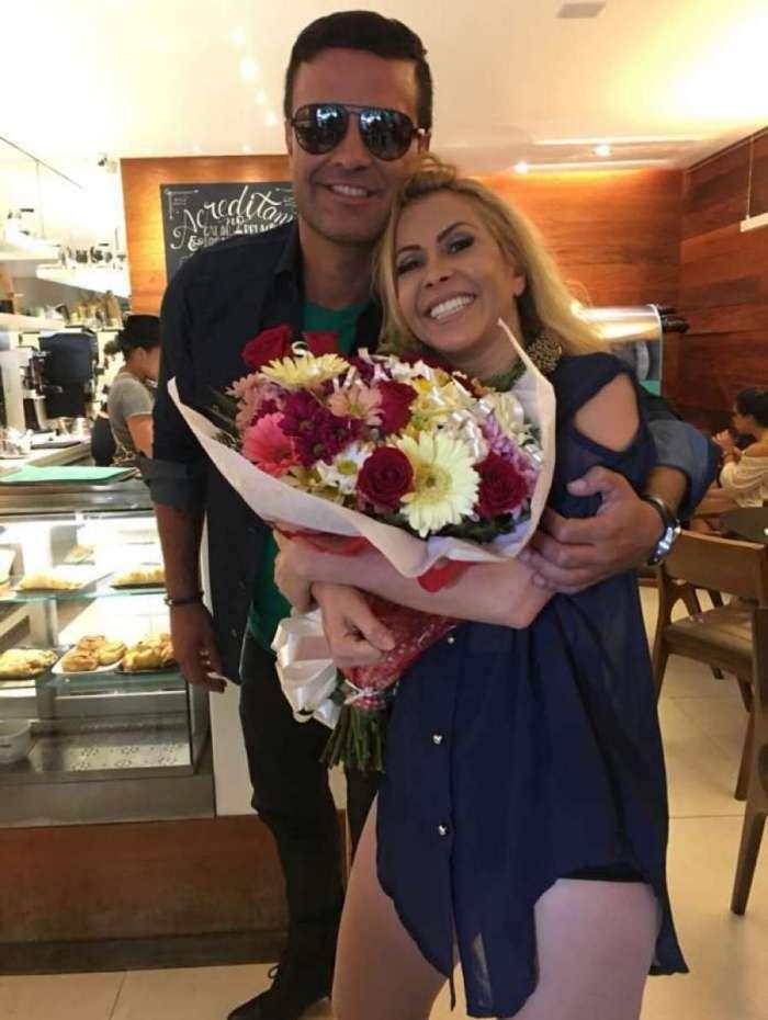 Rodrigo Phavanello entrega flores a Joelma ap�s grava��o