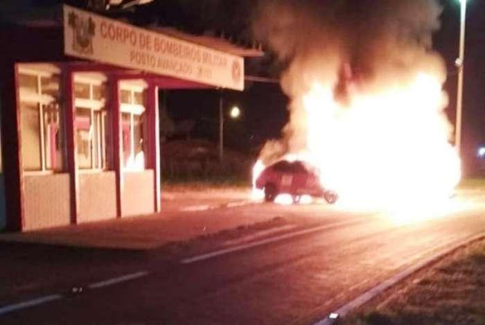 Uma ambul�ncia e um carro da corpora��o foram incendiados