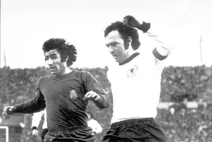 Alemanha x Espanha, em Stuttgart. Na foto, o capitão alemão Franz Beckenbauer disputa jogada com o espanhol José Garate