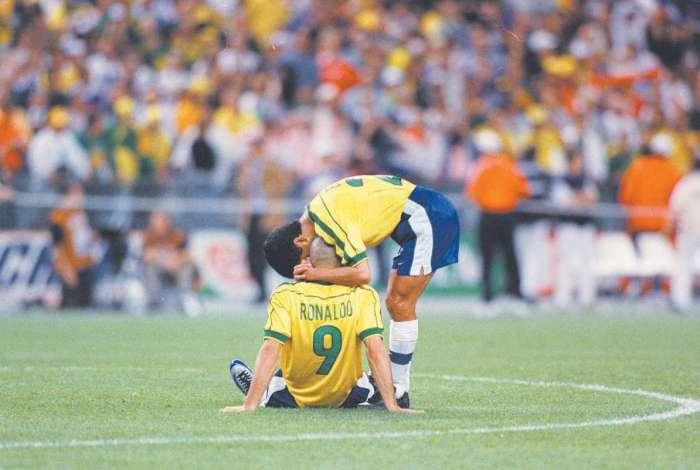 Ronaldo Fenômeno (9) é consolado por Bebeto após a final de 1998