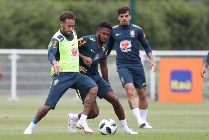 De volta à equipe titular, Neymar recebe a marcação de Fred, que deixou o treino lesionado
