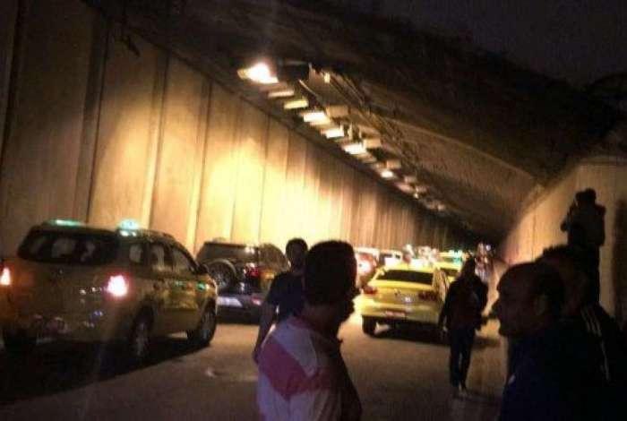 Motoristas esperam via ser liberada