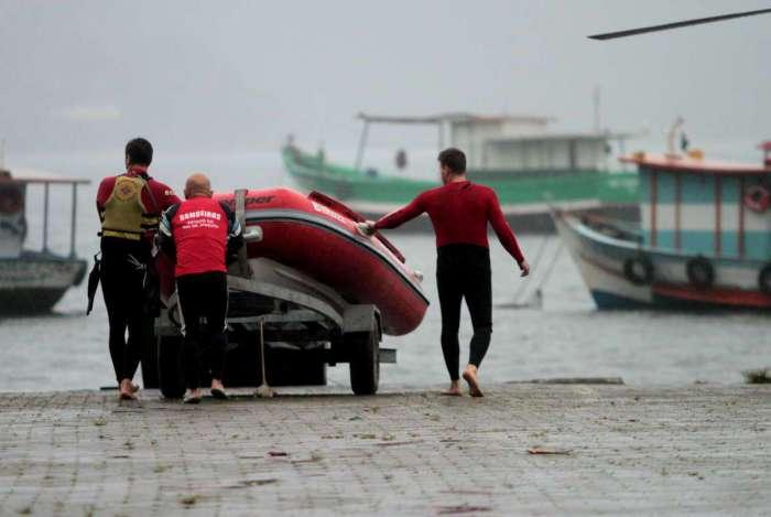 Equipes de resgate trabalham na busca de vítimas do naufrágio de duas embarcações
