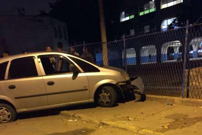 Policial bateu com carro em grade de escola