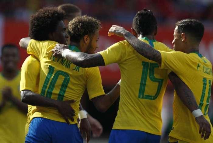 O jogador Neymar comemora seu gol durante a partida amistosa entre as sele��es do Brasil e �ustria, em Viena, �ustria.