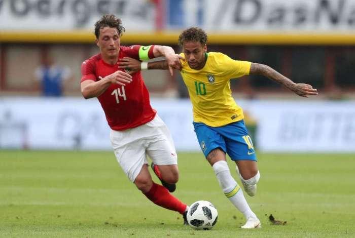 Neymar encara a marca��o do volante austr�aco Baumgartlinger