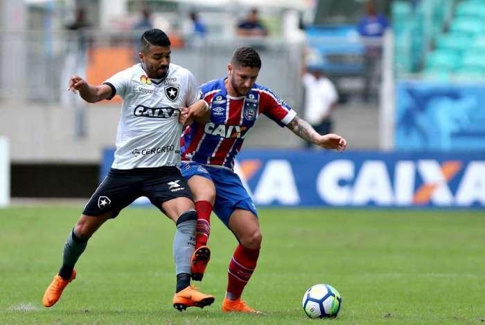 Aguirre disputa a bola com Z� Rafael. O uruguaio s� apareceu no p�nalti marcado que gerou sua expuls�o