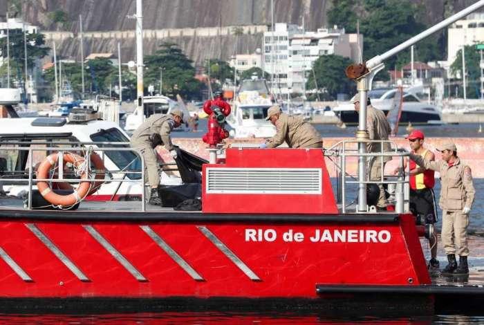 Bombeiros recolhem corpos encontrados no mar