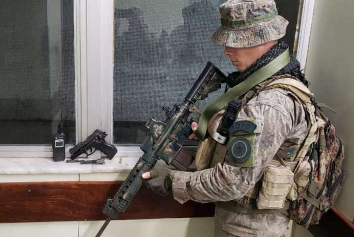 Pol�cia apreende pistola durante opera��o na Ladeira dos Tabajaras
