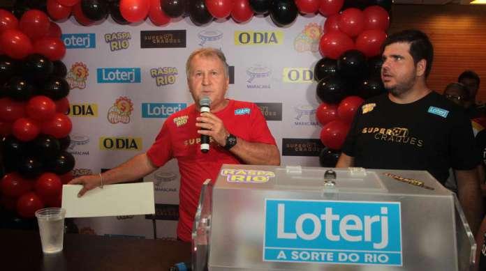 Promovido pela Loterj, o Raspa Rio Super Craques levou Zico ao Maracan� para conhecer 200 torcedores. O Galinho foi uma simpatia s�: deu aut�grafos e foi tietado por torcedores