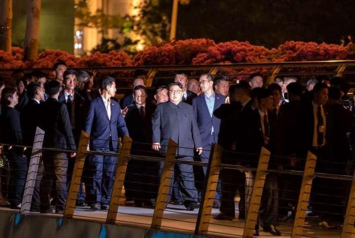 O l�der norte-coreano Kim Jong-Un passeia pela ponte do Jubileu, em Cingapura