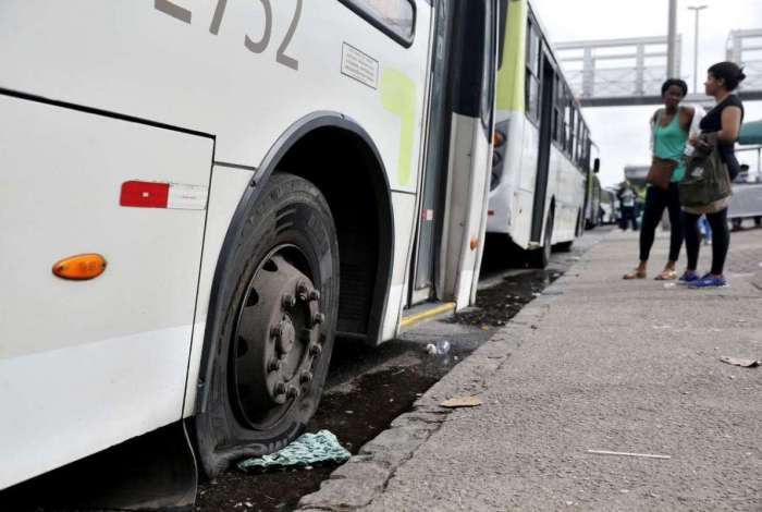 Na Avenida Brasil, grevistas pararam ônibus na altura de Manguinhos e furaram pneus para impedir prosseguimento da viagem