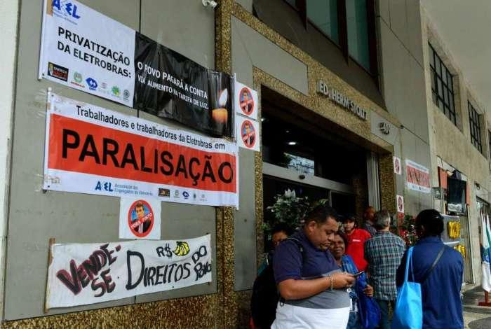 A assembleia foi realizada na porta da sede da empresa no Centro do Rio e reuniu um pouco mais de cem pessoas em um ato enfraquecido pela greve dos ônibus municipais do Rio de Janeiro