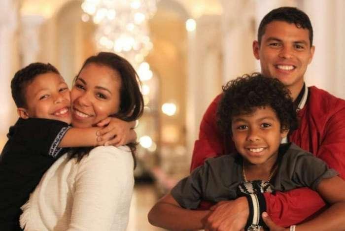 Thiago Silva e Belle SIlva com os filhos
