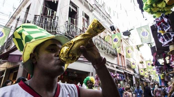 Corneta em forma de ta�a da Copa do Mundo � uma das novidades com maior sa�da nas lojas do Saara. Cores da bandeira predominam