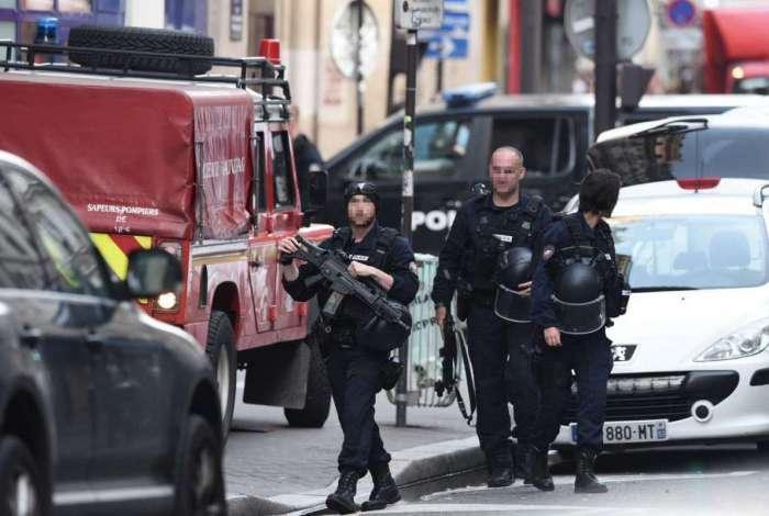 Policiais franceses retornam ap�s prender sequestrador em Paris.