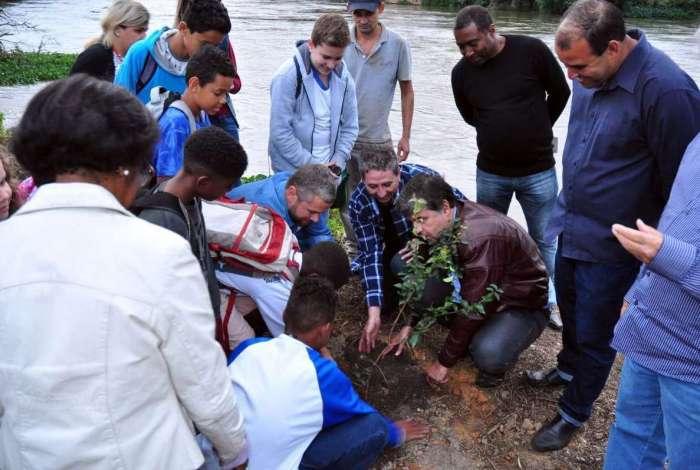 Autoridades participam do pontap� inicial do projeto �guas de Barra Mansa