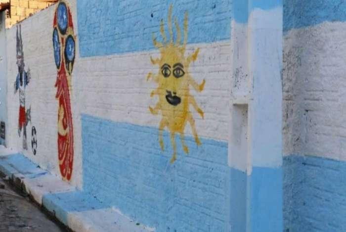 Em protesto, moradores pintam a Rua 8, no bairro Real Copagre, na zona Norte de Teresina com as cores da Argentina