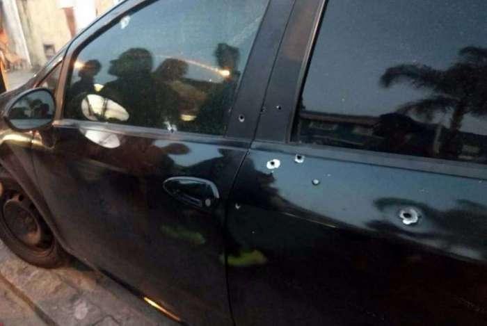 Muitas marcas de tiro na lateral do carro