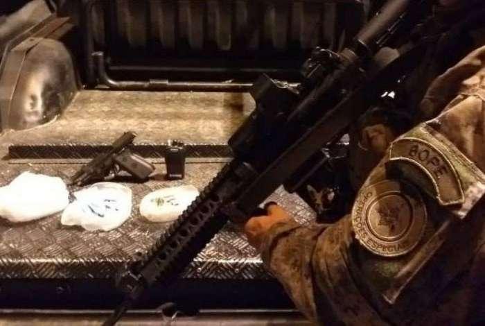 Arma, drogas e r�dio apreendidos com homem morto em confronto com o Bope no Morro S�o Jo�o