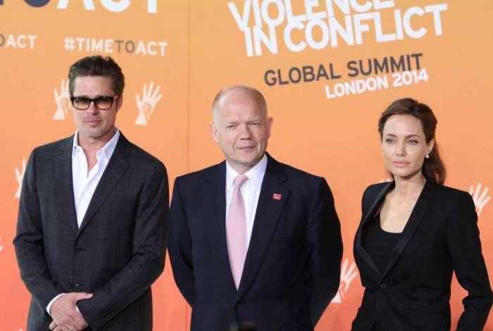 O ex-secretário de Relações Exteriores do Reina Unido William Hague com Angelina Jolie e Brad Pitt em Cúpula Global para Acabar com a Violência Sexual, em 2014