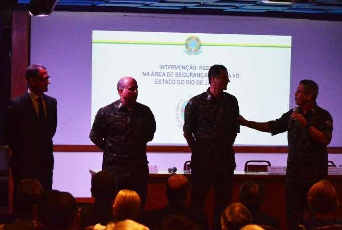 General Braga Netto (último à direita) durante seminário para debater a intervenção no estado