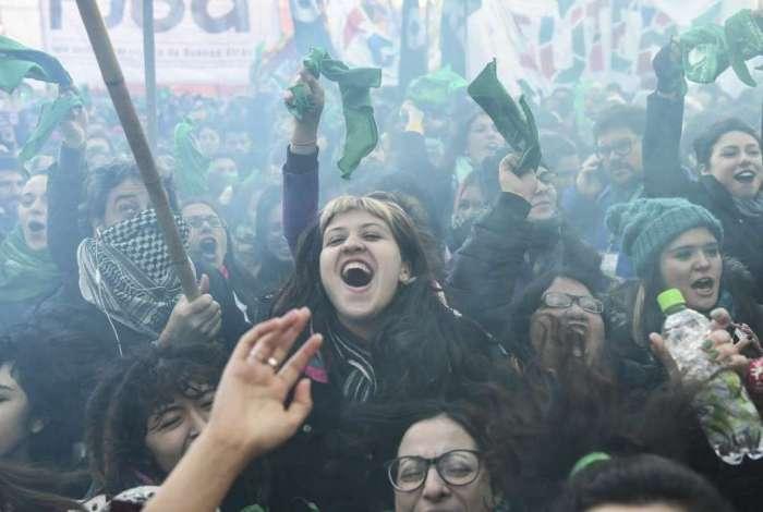 Ativistas comemoram a aprova��o do projeto, diante do Congresso