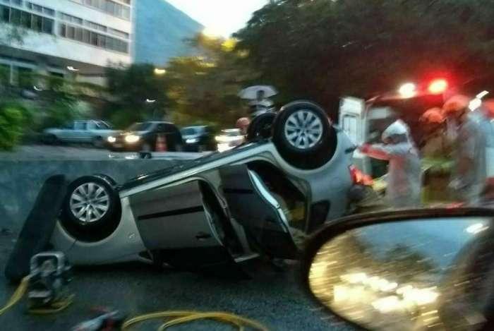 Carro capotou após colisão na Lagoa