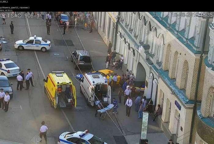 Policiais e socorristas russos trabalham após um táxi atropelar sete pessoas em Moscou