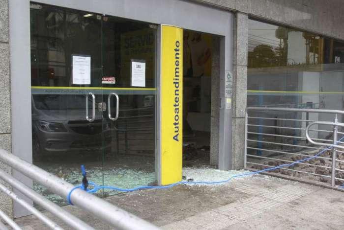 A fachada do banco foi destruída pela explosão