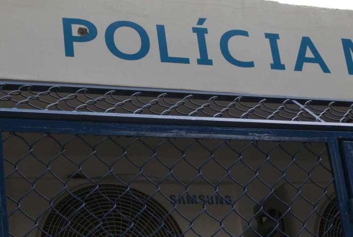 Cerca de 150 metros do banco explodido, uma cabine da Polícia Militar foi atingido por tiros disparos no confronto