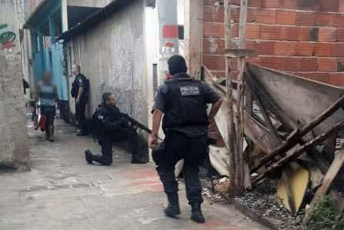 Policiais por ruas da comunidade
