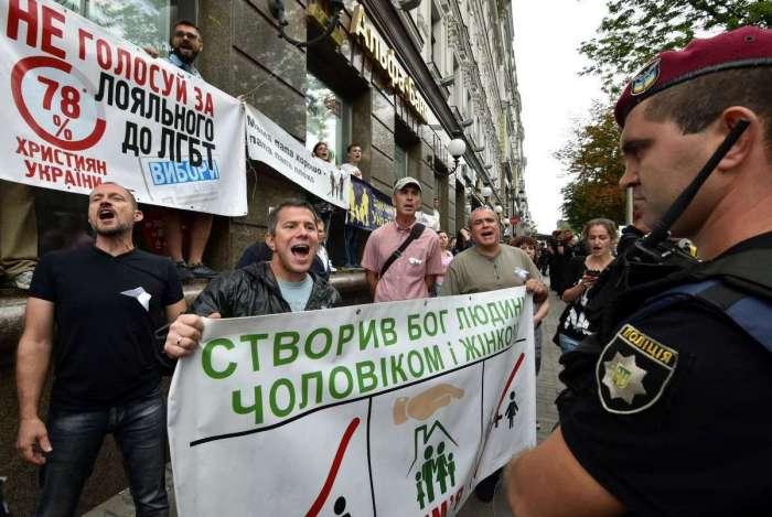 Ultradireitistas s�o presos durante a Parada Gay em Kiev