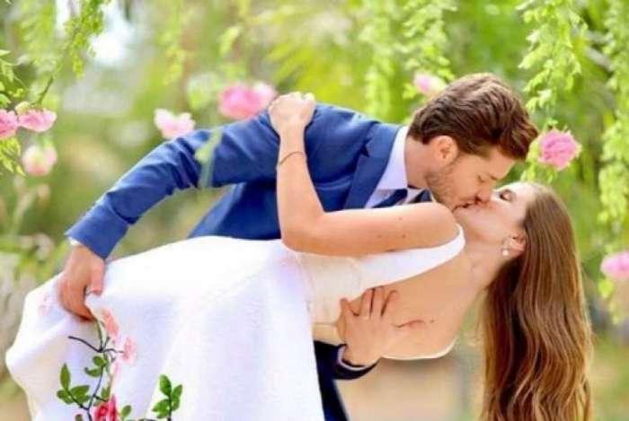 Camilla Queiroz e Kl�bber Toledo se casaram no s�bado