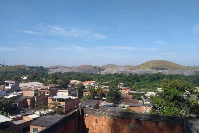 A montanha de esc�ria domina a paisagem do bairro Brasil�ndia