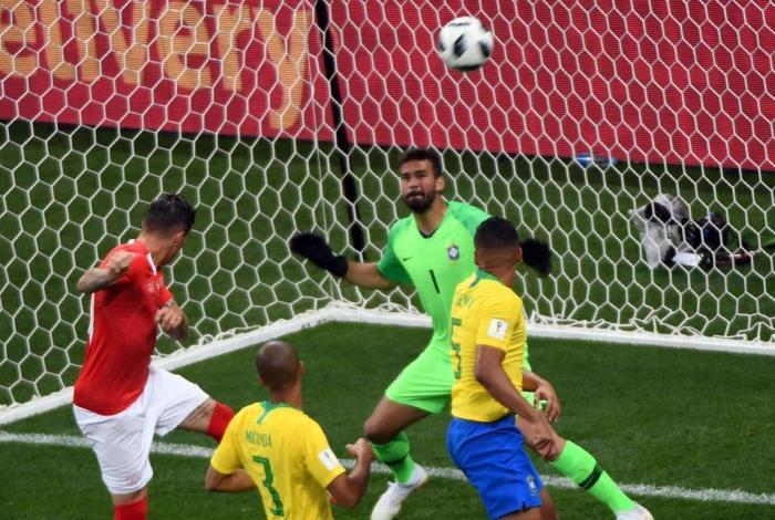Equipe brasileira reclamou de falta de Zuber em Miranda no lance do gol suíço
