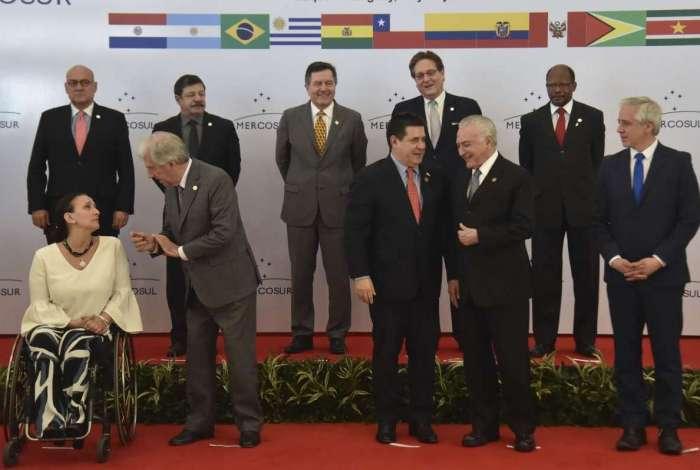 Lideranças dos países do Mercosul momentos antes de posar para o quadro oficial da Cúpula em Luque, Paraguai