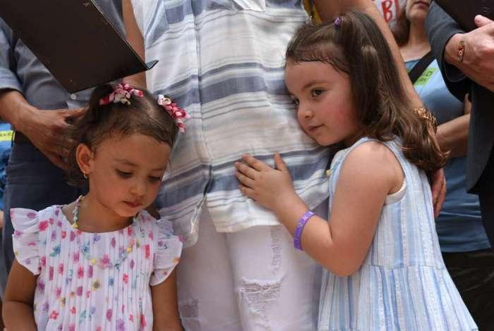 Duas irm�s abra�am a m�e em coletiva de imprensa sobre o pai. O Equatoriano Pablo Villavicencio foi detido apesar de estar em processo de ajustar seu status de imigrante