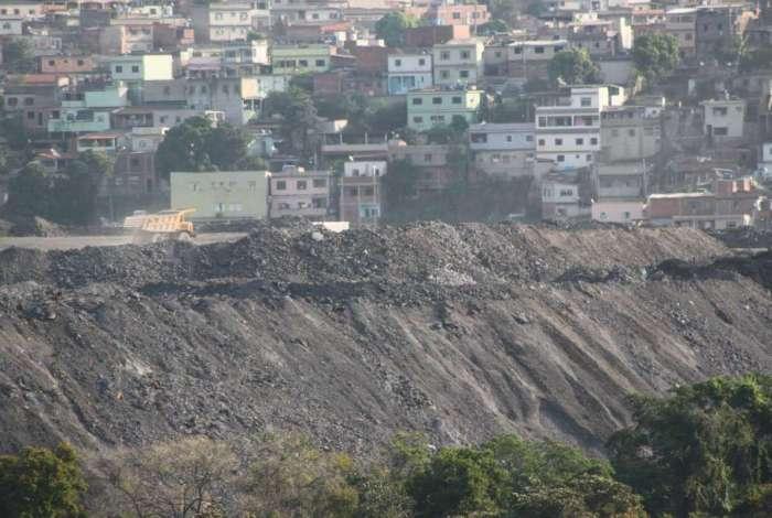 Toneladas de resíduo poluente impactam a vida de 15 mil moradores