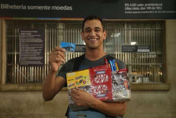 Vitor dos Santos abastece toda semana o cartão do trem no balcão especial para moedas. Robson Barbosa também aproveita a promoção para ter desconto de R$ 0,20