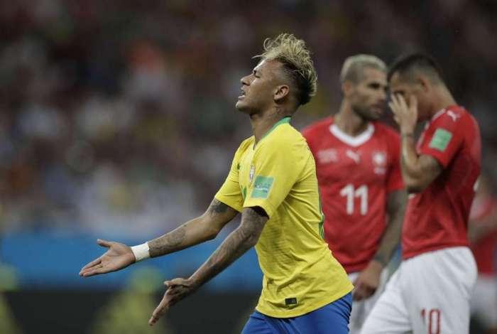 Neymar foi um dos mais insistentes para que o �rbitro olhasse para o tel�o durante o replay do lance