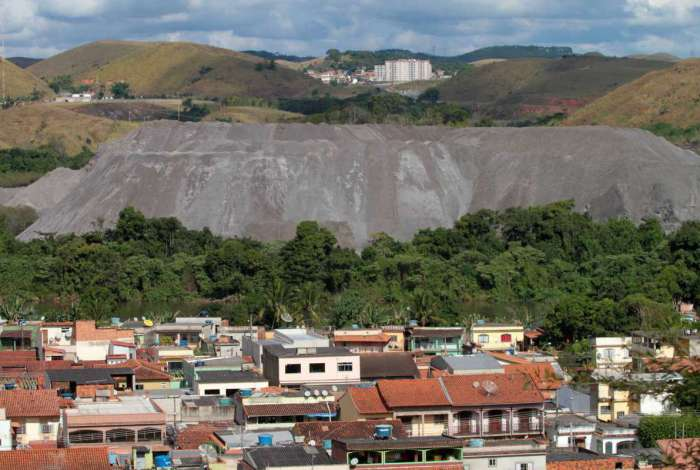 Montanha de escória chega a 20 metros de altura no município