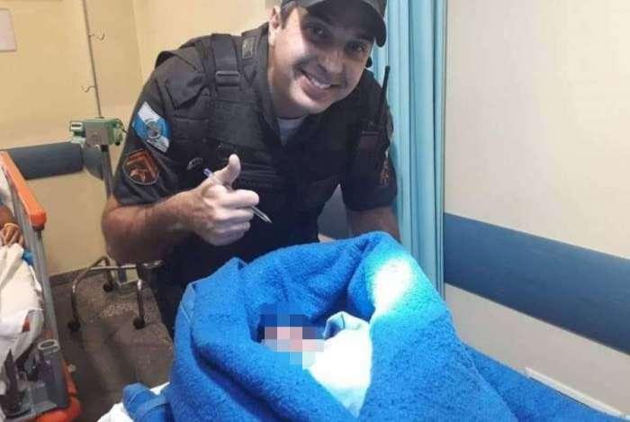 Bebê foi  encontrado por policiais em lixeira na Ilha