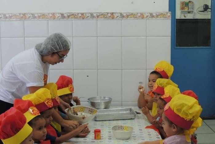Crianças aprenderam a preparar o próprio lanche