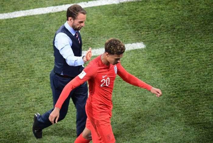 Dele Alli deixa campo após sentir lesão contra a Tunísia