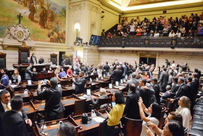 Vereadores votaram projeto de taxação em meio a protestos dentro e fora do Palácio Pedro Ernesto