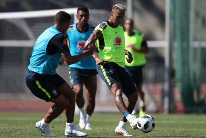 Neymar participou de treino do Brasil
